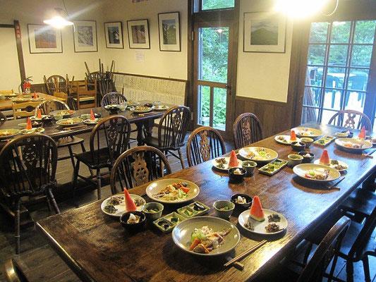 自家製野菜と朝日連峰で採れた山菜を使った夕食