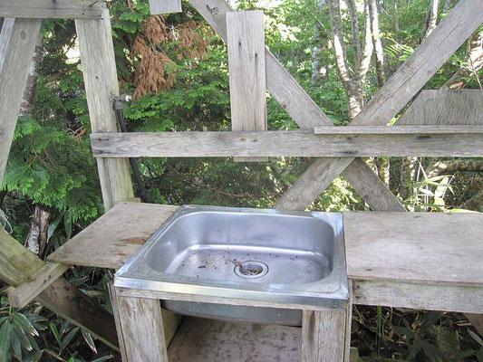 避難小屋前にある水場(期間限定)