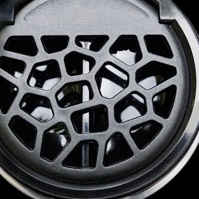 Detail-ansicht-black-Kontakt-Linsen-Behälter mit Klappgitter zum erleichtertem Flüssigkeitsaustausch. Mega erleichternde Funktionalität