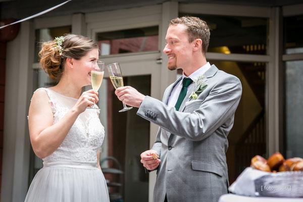 brautpaar stoest mit champagner an