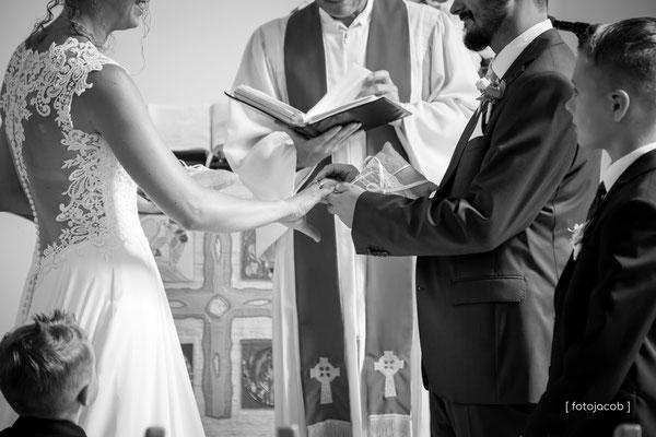 trauringe werden in der kirche zu mussbach angsteckt