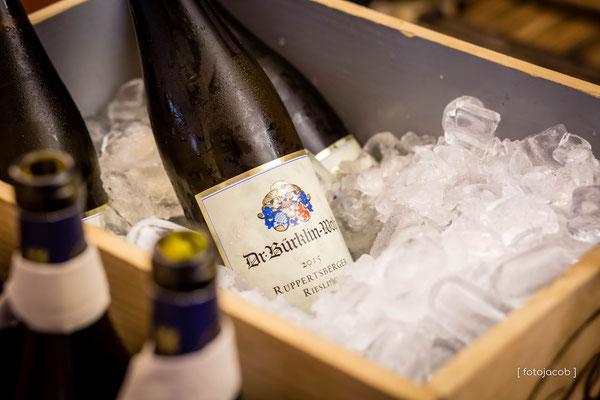 weinflaschen von buerklin-wolf in einer kiste mit eis
