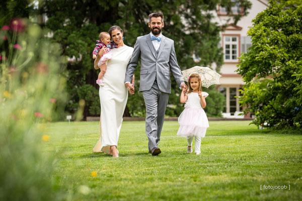 familie beim laufen im garten hermannshof-weinheim