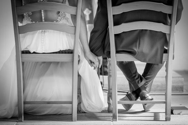 brautpaar halten sich die hand in der kirche mussbach