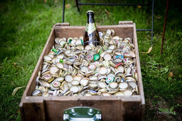 bierflasche im meer aus bierkapseln