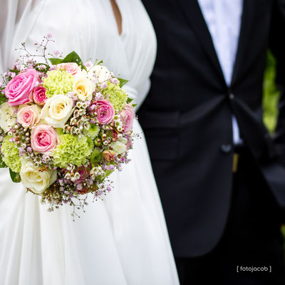 Brautpaar beim Sektempfang im Garten des Ketschauer-Hofs