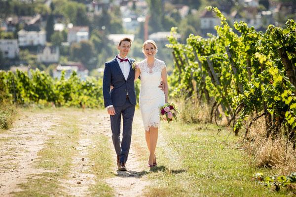brautpaar beim laufen im hintergrund neustadt an der weinstarsse