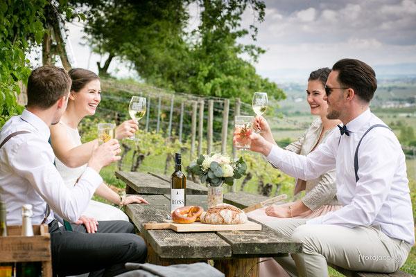 brautpaar macht picknick mit trauzeugen ueber deidesheim