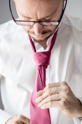 brauetigam beim krawatten binden