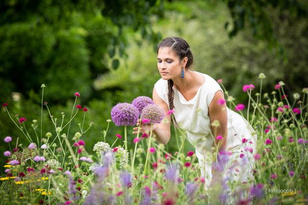 braut bewundert zierknoblauch im sichtungsgarten hermannshof weinheim