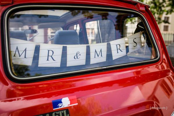 rotes auto mit der aufschrift in heckscheibe mr & mrs