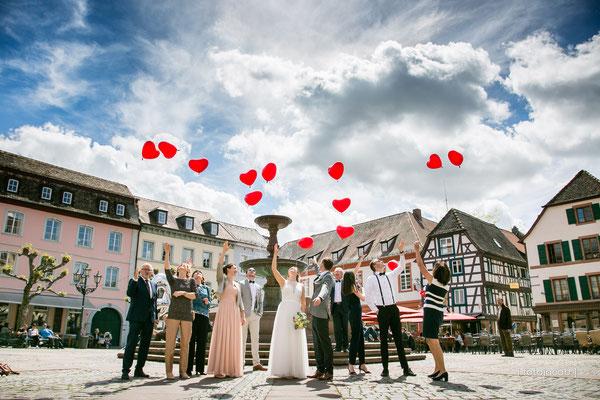 traugesellschaft laesst herzballons vor dem brunnen auf dem marktplatz in neustadt in die luft steigen