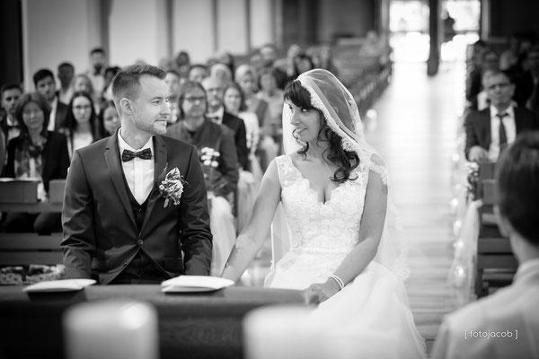 brautpaar schauen sich vor dem altar in der st marien kirche in neustadt pfalz in die augen