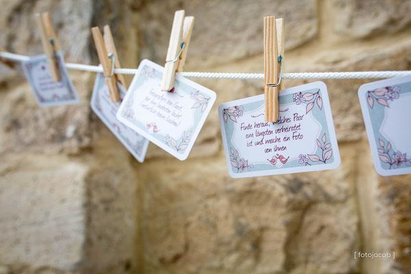 spruechekarten an einer leine mit klammern befestigt