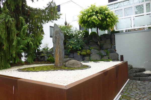 Uit Japan geïnspireerde voortuin op helling