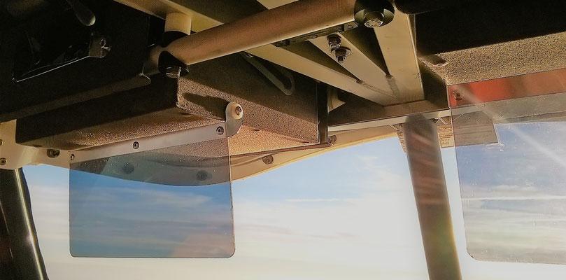 Sonnenblende mit stufenloser Positionierung,  Fach kann auch mit ausgeklappter Sonnenblende im Flug problemlos geöffnet werden