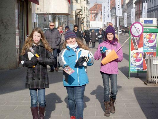Flyeraktion SchülerInnen, Foto: H. Opis-Pieber_01