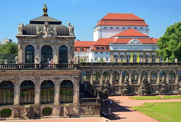 Zwinger N°8 - Im Hintergrund ist das Schauspielhaus zu sehen