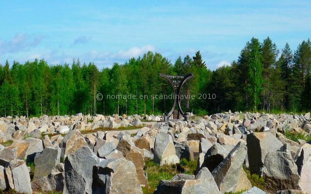 """A Haapala, monument commémoratif de la """"guerre d'hiver"""". Il y a une pierre par soldat tué..."""