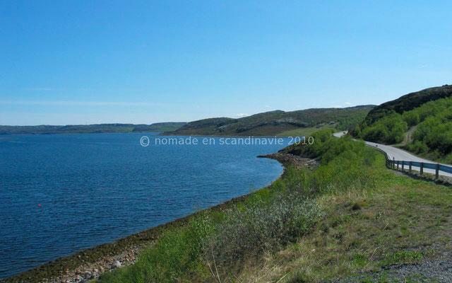 La route longe le fjord pendant de nombreux km et permet de superbes points de vues