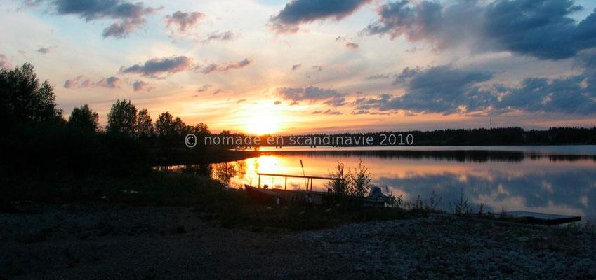 Superbe coucher de soleil sur le lac à Ala-Vuokki