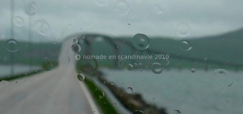 Le pont d'accès à l'île d'Hadseløya (la photo est floue exprès, pour montrer la pluie!)