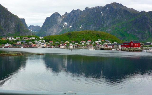 Les montagnes se reflètent dans l'eau