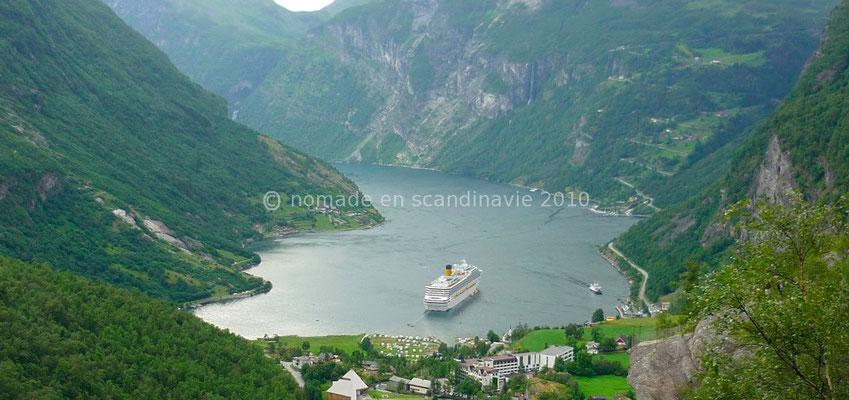 Vue sur le Geirangerfjorden et sur le village de Geiranger