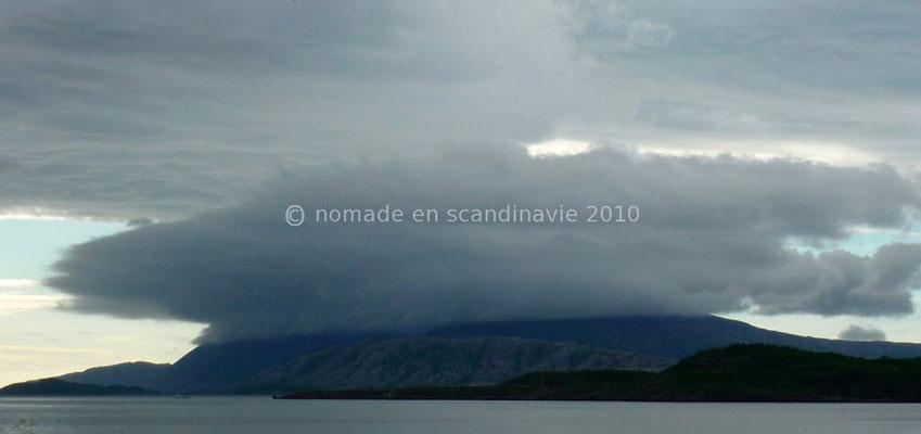 Les nuages cachent le sommet des montagnes