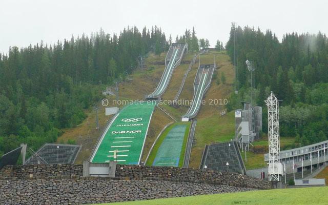 Les tremplins de saut à ski, vus du bas...