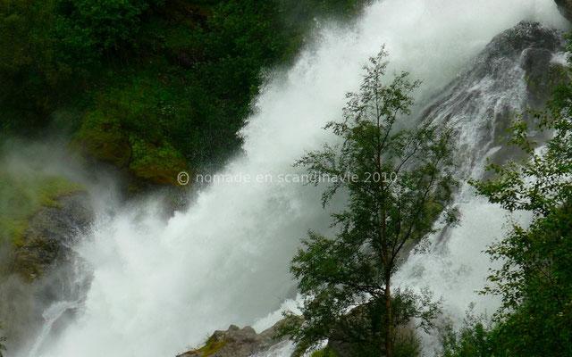 Une énorme cascade suit le sentier