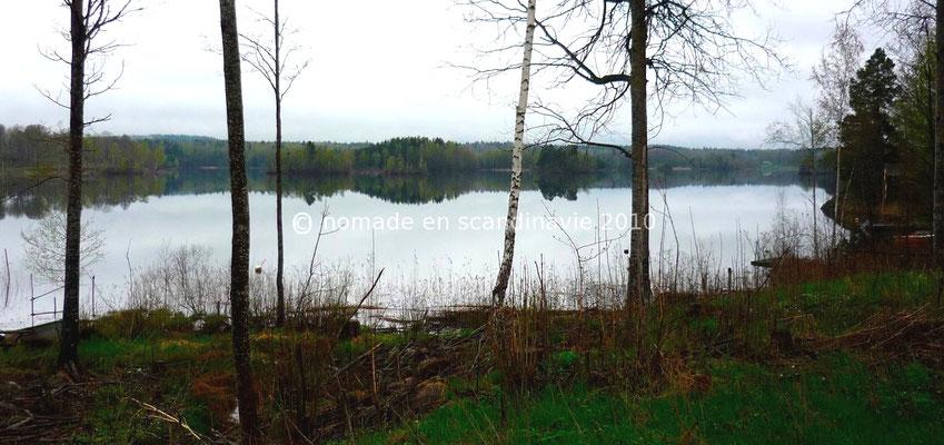 Nous traversons des forêts parsemées de petits lacs.