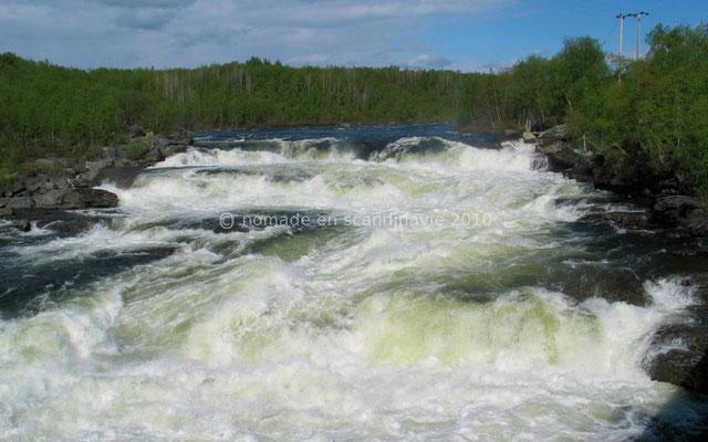 Une cascade au débit impressionnant