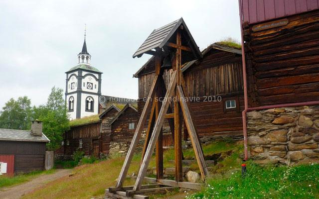 La cloche pour l'appel des ouvriers, au fond, l'église