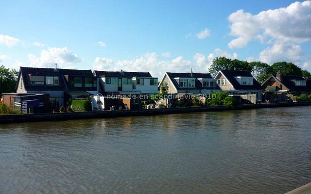 Les maisons sont construites au bord de l'eau