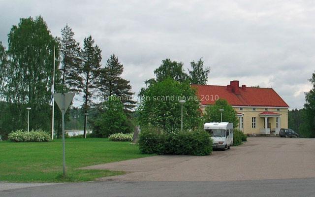 Parking devant l'église de Ruokolahti