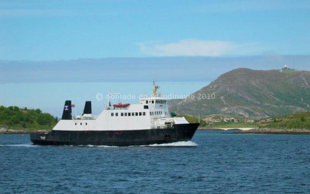 C'est un petit ferry qui relie Sommaroy à Senja