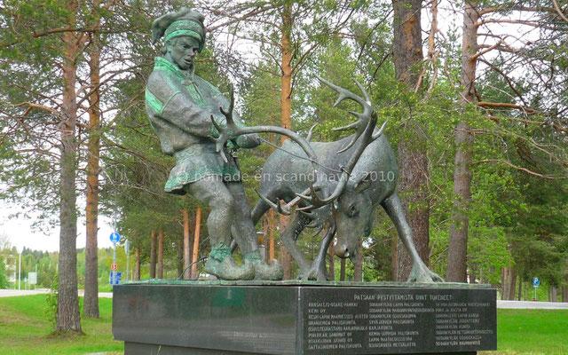 Statue d'un jeune lapon maîtrisant un renne.