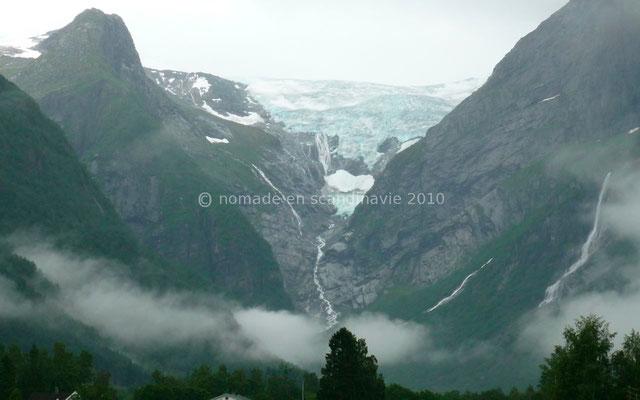 On distingue le glacier au loin
