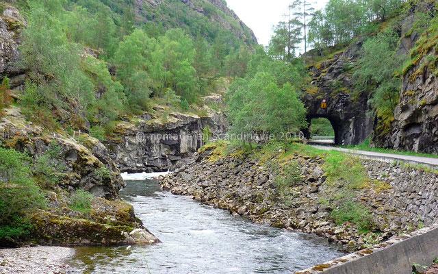 La route historique, alternative intéressante à la E 16, suit une rivière