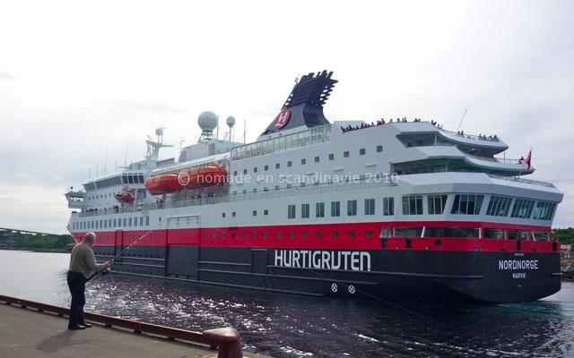 Après avoir fait escale, l'Hurtigruten passe devant nous.