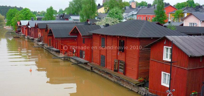 Les entrepôts alignés le long de la rivière à Porvoo