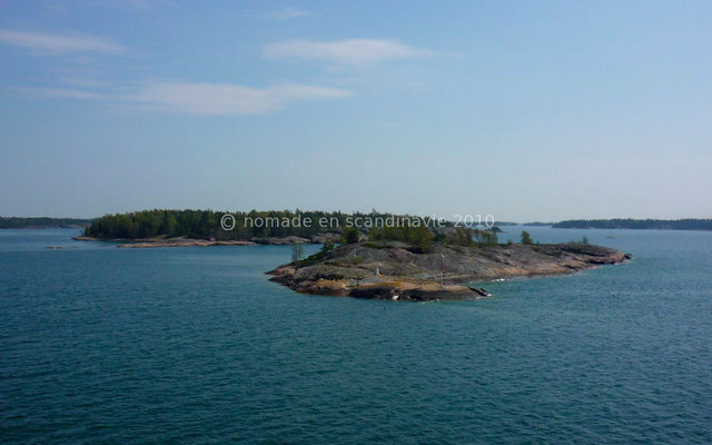 Le bateau passe très près de certains îlots.