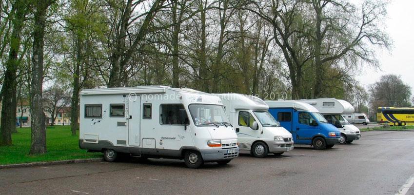 Alignement de camping-cars français près du château de Vadstena