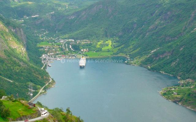 Un bateau de croisière est ancré au fond du Geirangerfjord