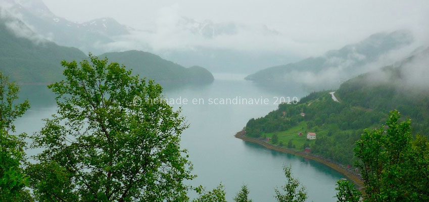 Un fjord sous les nuages