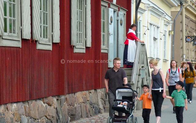 Les Finlandais viennent volontiers se promener en tenues printanières.