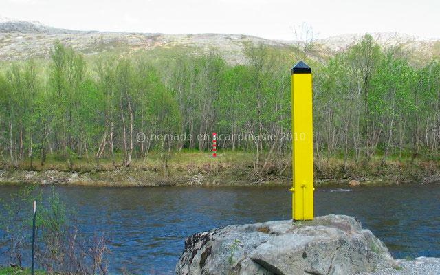 Des balises, jaunes pour la Norvège, rouges et vertes pour la Russie jalonnent la frontière.