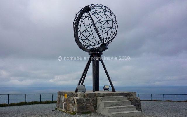 Le globe terrestre qui marque symboliquement le point le plus au nord du continent européen