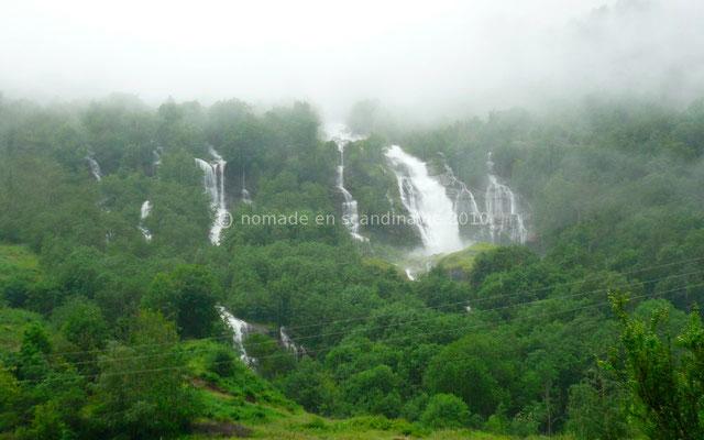 De puissantes cascades descendent des montagnes